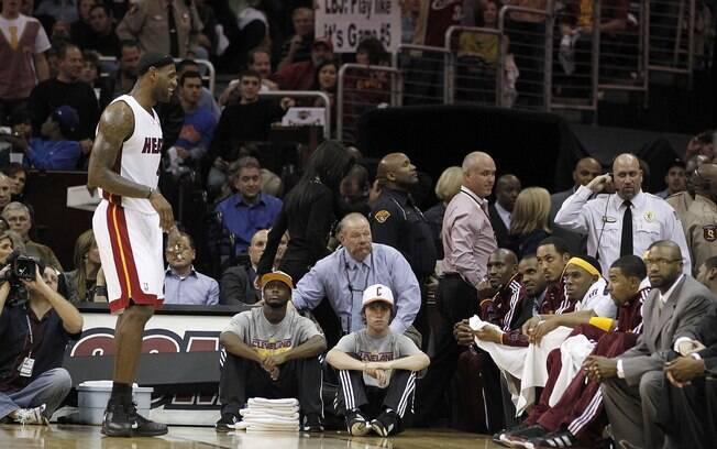 Apesar de todo o clima hostil que encontrou  em Cleveland, LeBron brilhou ao registrar 38  pontos e oito assistências na vitória do Heat