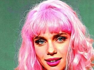 """A atriz Bruna Linzmeyer precisou pintar os cabelos de rosa para encarar a personagem na trama global """"Meu Pedacinho de Chão"""""""