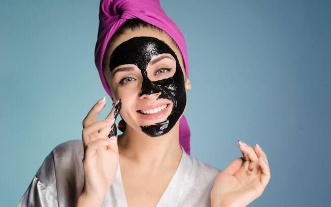 O carvão ativado é uma substância que está presente em diversos cosméticos faciais e ajuda a deixar a pele mais bonita
