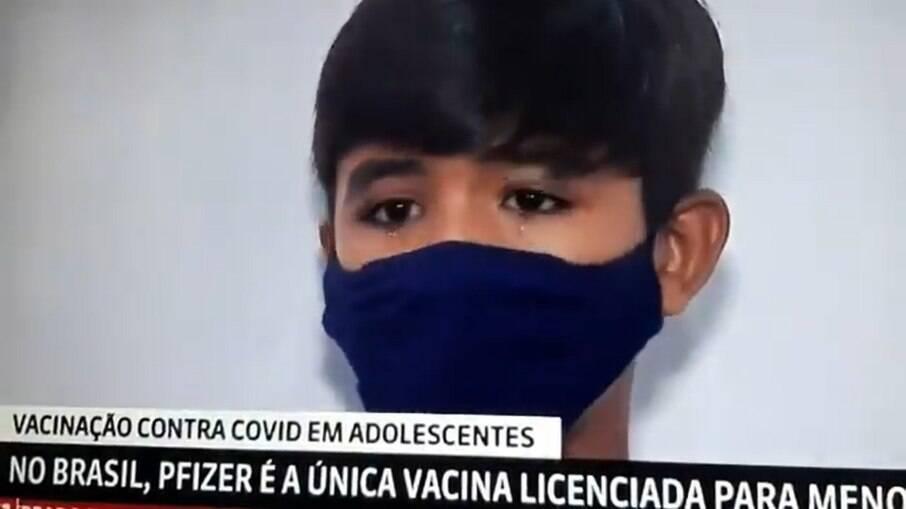 Menino de 12 anos chorou ao ser vacinado e lembrou da avó