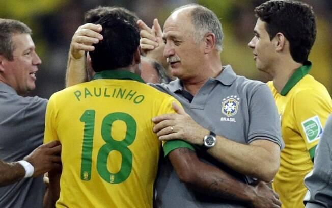 Felipão abraça Paulinho, autor do golda  vitória diante do Uruguai