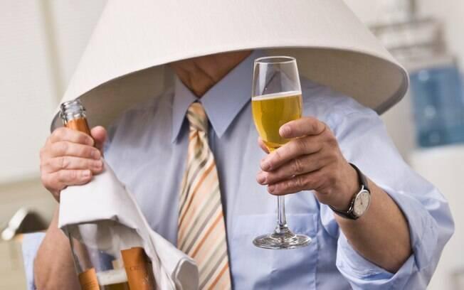 Discretamente, retire de cena aquele convidado que bebeu demais e está pagando mico na festa