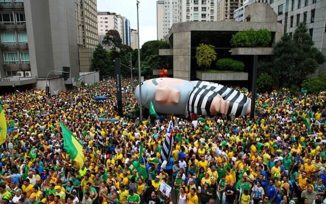 Boneco inflável que representa o ex-presidente Lula como presidiário é erguido em São Paulo