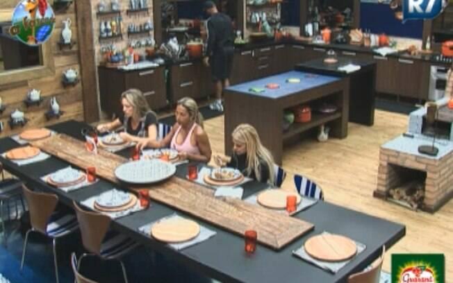 Joana, Valesca e Monique se reúnem para almoçar