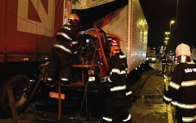 Engavetamento na pista central da Marginal Tietê envolveu quatro caminhões