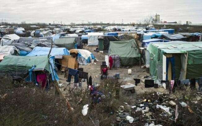 Retirada de imigrantes do campo de Calais começa com tranquilidade