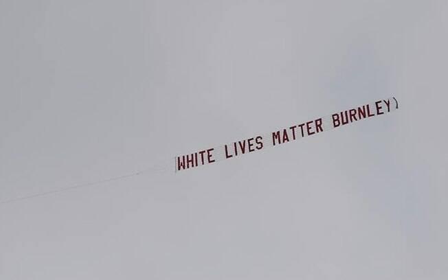 Avião sobrevoou o estádio na segunda-feira