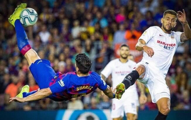 Luis Suárez marcou um golaço de bicicleta pelo Barcelona