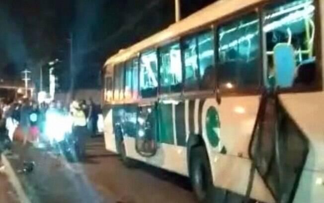 Acidente com ônibus ocorreu na altura de Guadalupe, na pista lateral sentido Zona Oeste da via expressa