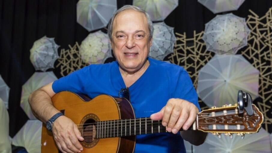Toquinho leva invertida de madrinha de seu neto; músico seria ausente na vida da criança