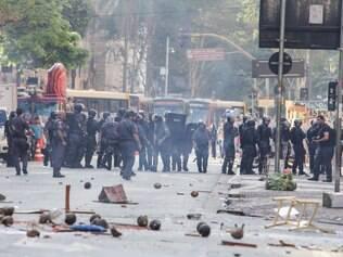 SP - REINTEGRAÇÃO/SÃO PAULO/CONFRONTO - CIDADES - A Polícia Militar entrou em confronto com moradores   de um prédio ocupado no centro de São Paulo na   manhã desta terça-feira, 16. A PM age para cumprir   uma ordem judicial de reintegração de posse, mas   não foi bem recebida pelas pessoas que ocupam o   imóvel, que atiraram objetos na direção dos policiais.   A polícia respondeu com gás lacrimogêneo e bombas   de efeito moral. A reintegração de posse foi   determinada pela 25ª Vara Cível do Foro Central a   pedido do proprietário do imóvel localizado na   Avenida São João.    16/09/2014 - Foto: MARCO AMBROSIO/ESTADÃO CONTEÚDO