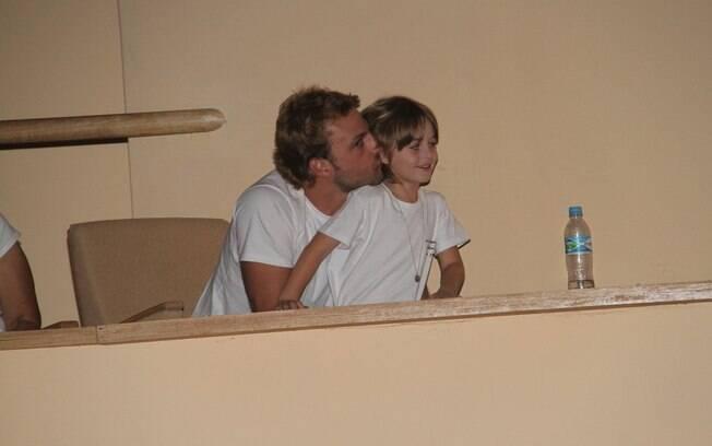 O ator trocou carinhos com o filho durante o espetáculo