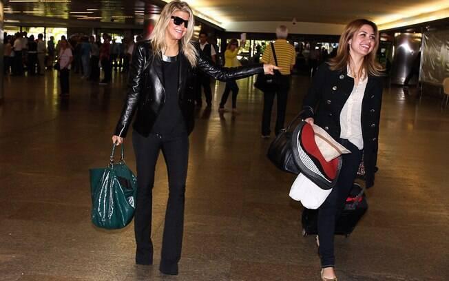 Fergie sorri para os fotógrafos na sua chegada ao país