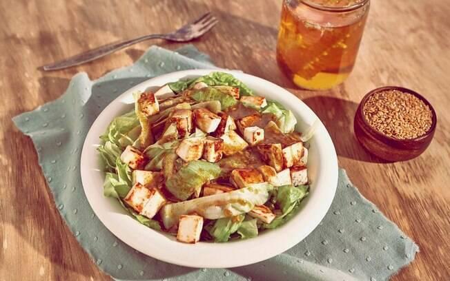 Receitas fáceis: esta salada é incrementada com queijo e molho especial e, por isso, dá uma cara diferente para a dieta