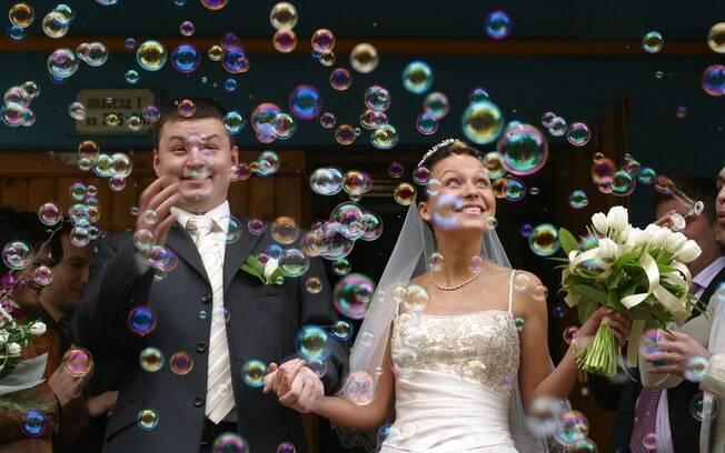 Resultado de imagem para chuva de bolhas de sabão para casamento