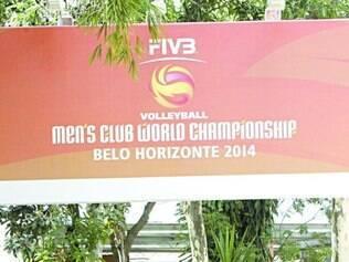 Parte de fora do ginásio também recebeu placas do Mundial de Clubes de vôlei