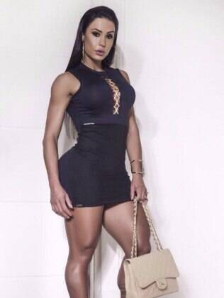 Gracyanne posa exibindo vestido da loja Mafia Brasileira