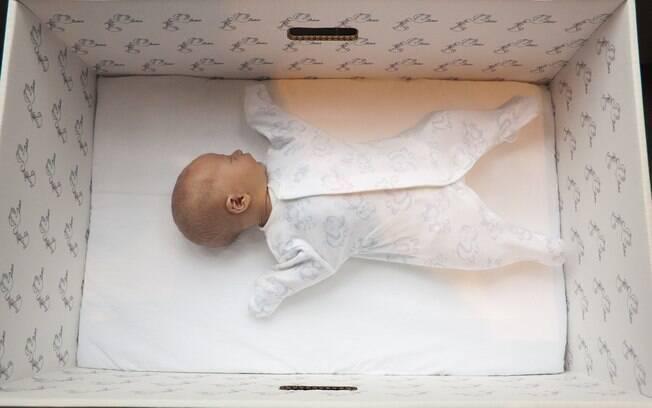 Bebês de todas as classes sociais dormem em caixas de papelão na Finlândia