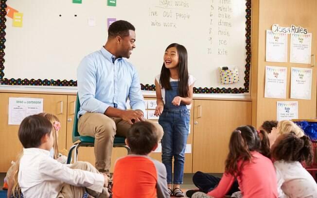 A escolha entre uma escola regular ou especial para crianças autistas é algo que depende da família e do quadro do aluno
