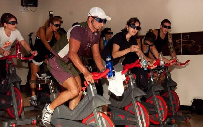 Para incrementar, aula de bike na academia usa óculos para transportar o aluno para o cenário