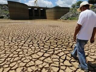 Reservatório do Sistema Cantareira, principal fornecedor de água para a cidade de São Paulo, tem terra rachada e já chegou a 13% de sua capacidade