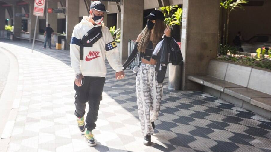 Tília Fialho e Mc Kawe deixam aeroporto de mãos dadas