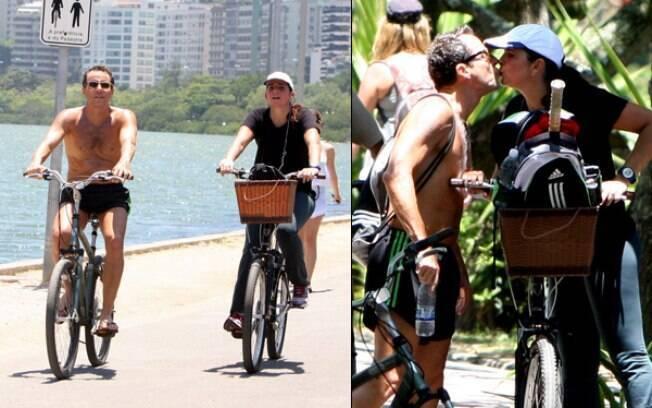 Malu Mader pedalam pela orla de praia carioca