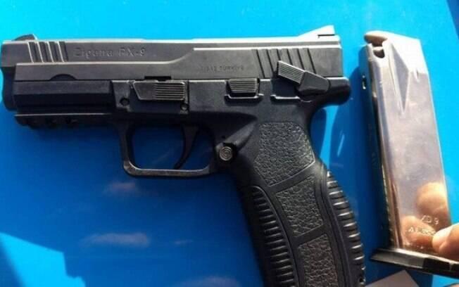 Pistola foi apreendida com um homem em uma ação da PM em via expressa no Rio