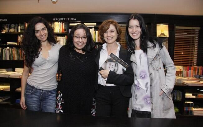 Claudia Ohana, Nathalia Dill e Zezé Polessa posam para fotos