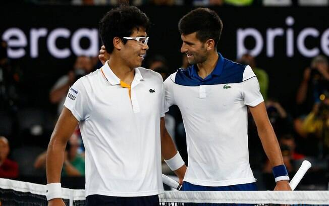 Hyeon Chung abraça Novak Djokovic após eliminá-lo no Australian Open 2018