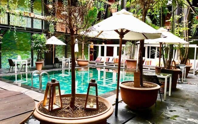 A decoração da área da piscina foi inspirada em uma selva, tornando o local em um dos pontos mais atrativos do hotel