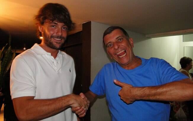 Kayky Birto cumprimenta o diretor Jorge Fernando