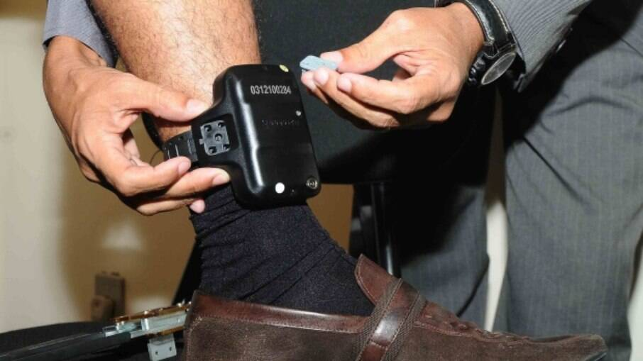 Empresa responsável pelas tornozeleiras no Rio de Janeiro pode suspender os serviços por falta de pagamento