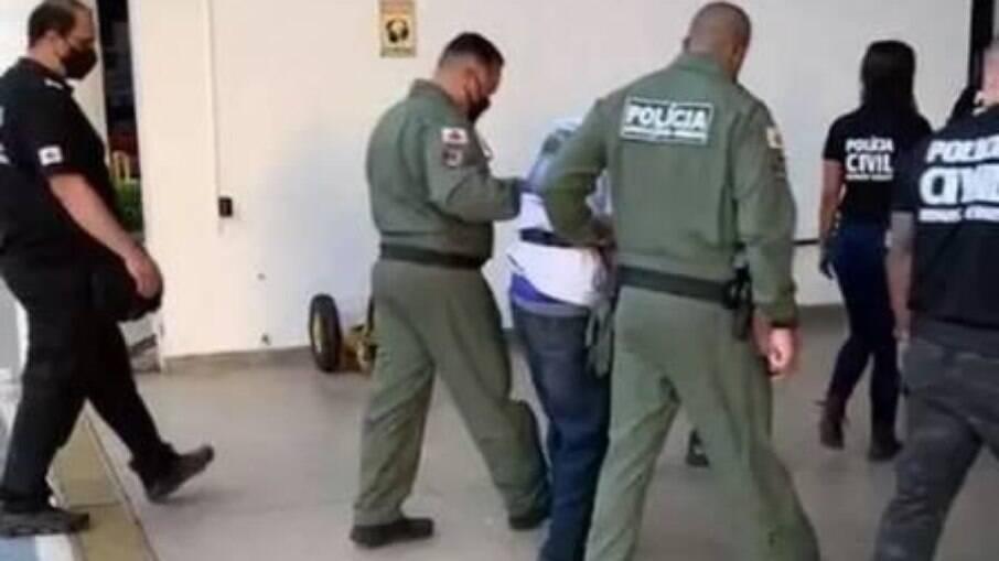 Políciais prendendo estuprador