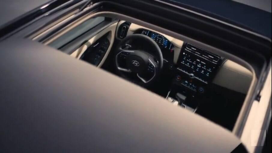 Hyundai Creta 2022: imagem mostra parte do painel  através da abertura do teto solar panorâmico