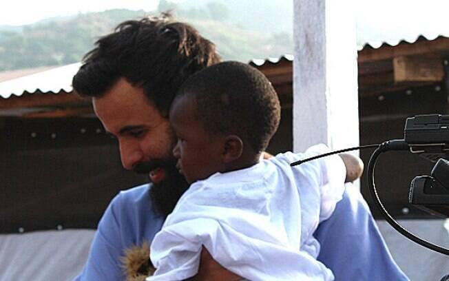 Em um dos casos mais emocionantes que presenciou, Roberto entrega à avó garotinho que, contra todas as expectativas, venceu o ebola
