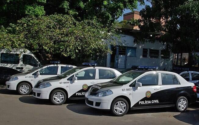 carros policiais estacionados
