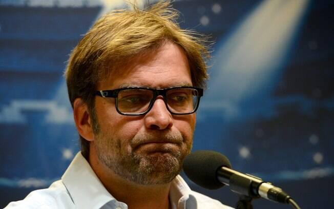 Jurgen Klopp, técnico do Dortmund, faz caras  e bocas para explicar a saída de Götze