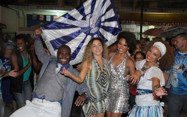 Daniela Mercury e a atriz Sheron Menezzes com o casal de mestre-sala e porta bandeira da Portela