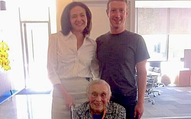 Florence Detlor, com Sheryl Sandberg e Mark Zuckerberg na sede do Facebook