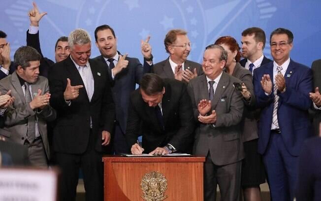 Presidente Jair Bolsonaro (PSL) assina novo decreto de armas, enquanto senadores e deputados da base aliada comemoram