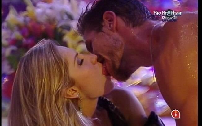 Casal se beija, mas não chega a um acordo