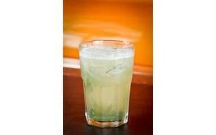 Chá gelado de erva cidreira, capim santo e limão