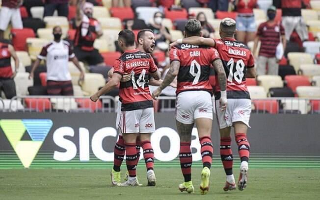 Com primeiro tempo perfeito, Flamengo vence o Athletico no Maracanã