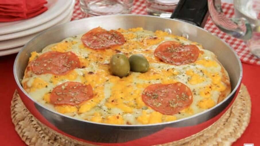 Torta-pizza de pepperoni para sair do tradicional