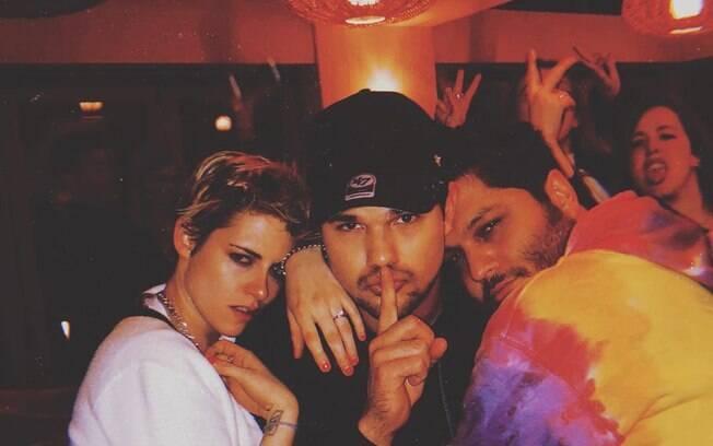 Taylor Lautner com Kristen Stewart e um amigo em fevereiro de 2019