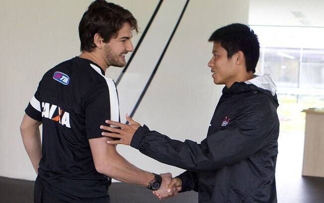 Pato e Zizao se cumprimentam no CT do  Corinthians