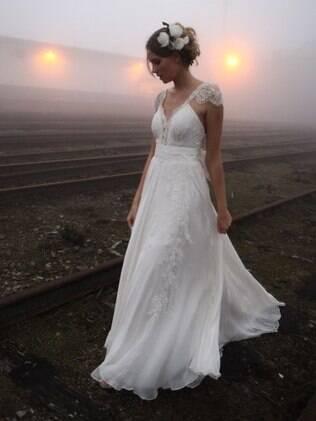 Quer um vestido que se movimente com você? Vá de tecidos fluidos, como rendas e sedas leves. De Emannuelle Junqueira