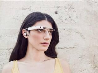 Modelo posa com o Google Glass, o óculos inteligente apresentado no ano passado