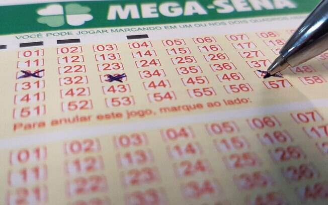 Para concorrer ao prêmio da Mega-Sena, é preciso escolher pelo menos seis números entre os 60 disponíveis
